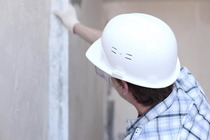 professional drywall expert doing drywall replacement